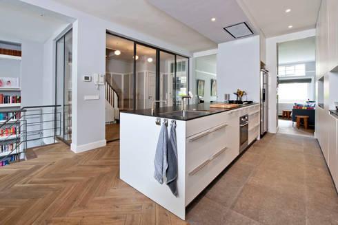 Benedenwoning te Amsterdam: moderne Keuken door Kodde Architecten bna