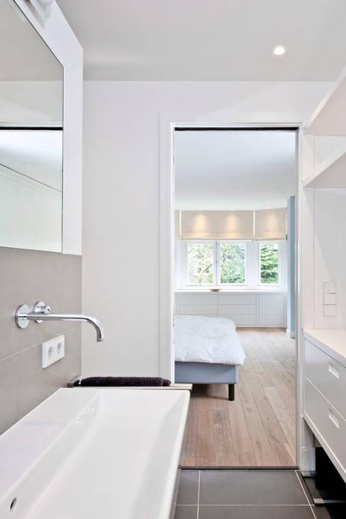 Benedenwoning te Amsterdam: moderne Badkamer door Kodde Architecten bna