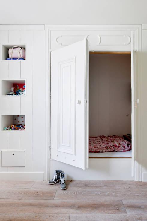 Vernieuwbouw grachtenpand: rustieke & brocante Kinderkamer door Kodde Architecten bna
