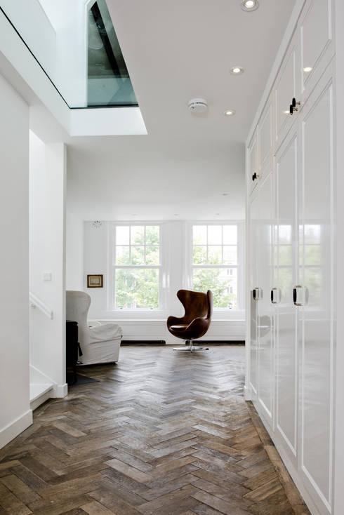Renovatie appartement te Amsterdam: klasieke Woonkamer door Kodde Architecten bna