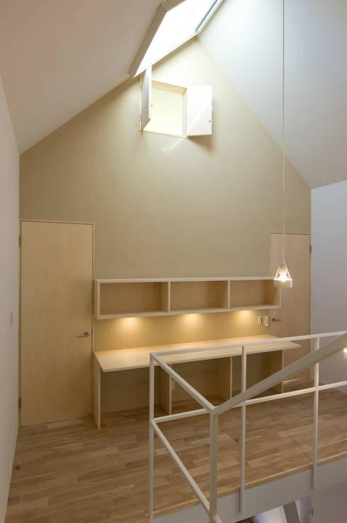 図書室のようなコーナー: 山本陽一建築設計事務所が手掛けた書斎です。