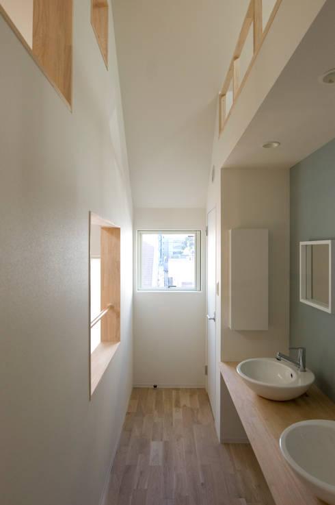 子供たちの洗面コーナー2: 山本陽一建築設計事務所が手掛けた浴室です。