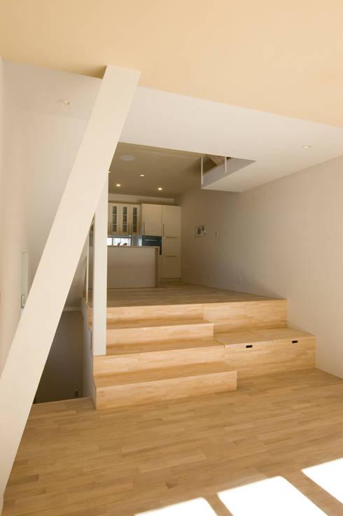 階段やベンチ収納も遊び場になる: 山本陽一建築設計事務所が手掛けたリビングです。