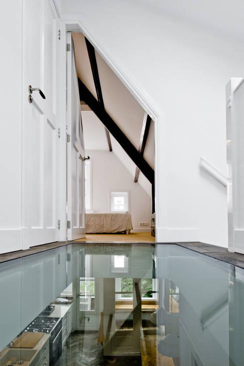 Renovatie appartement te Amsterdam:  Gang en hal door Kodde Architecten bna