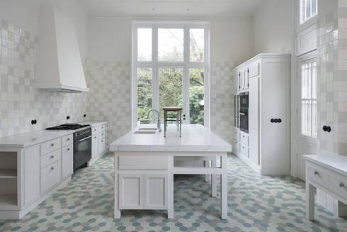 Cozinhas clássicas por Kodde Architecten bna