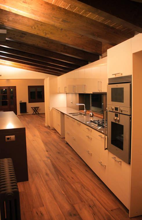 Masia: Cocinas de estilo rural de ruiz carrion espais