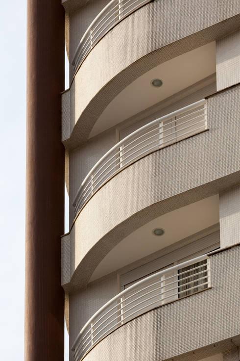 Solar dos Plátanos: Casas modernas por Mantovani e Rita Arquitetura