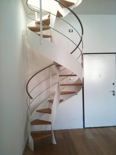 Scala a chiocciola: Ingresso, Corridoio & Scale in stile  di FPL srl