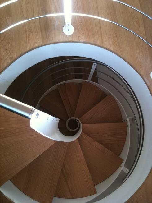 Scala a chiocciola: Ingresso, Corridoio & Scale in stile in stile Moderno di FPL srl