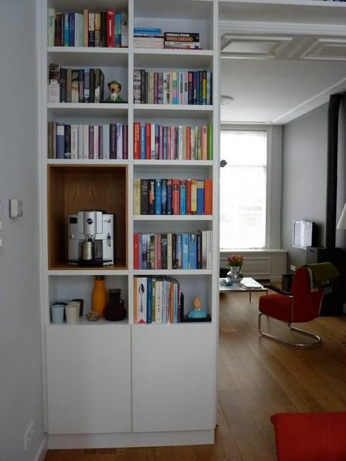 kast in separatie: moderne Woonkamer door Gosker Ontwerp Interieur Architectuur