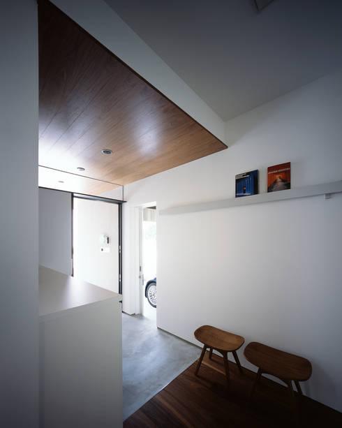 高松の家-oyamaya-: タカオジュン建築設計事務所-JUNTAKAO.ARCHITECTS-が手掛けた廊下 & 玄関です。