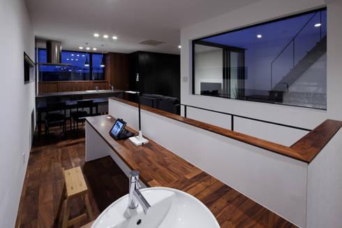 北方の家-okayama-: タカオジュン建築設計事務所-JUNTAKAO.ARCHITECTS-が手掛けたリビングです。