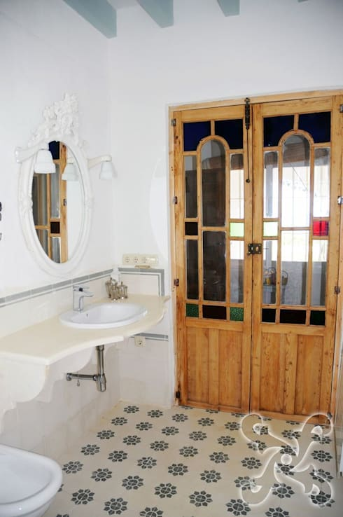 Baños: Baños de estilo clásico de Suelos Hidráulicos Demosaica