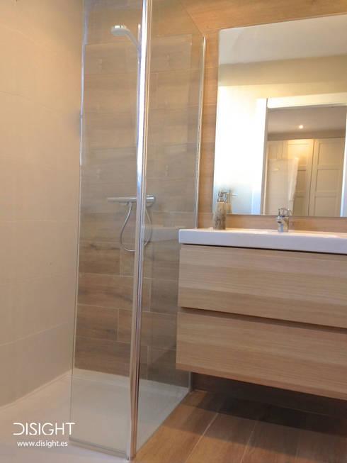 baño 2: Baños de estilo moderno de DISIGHT