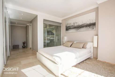 dorm ppal: Dormitorios de estilo minimalista de DISIGHT
