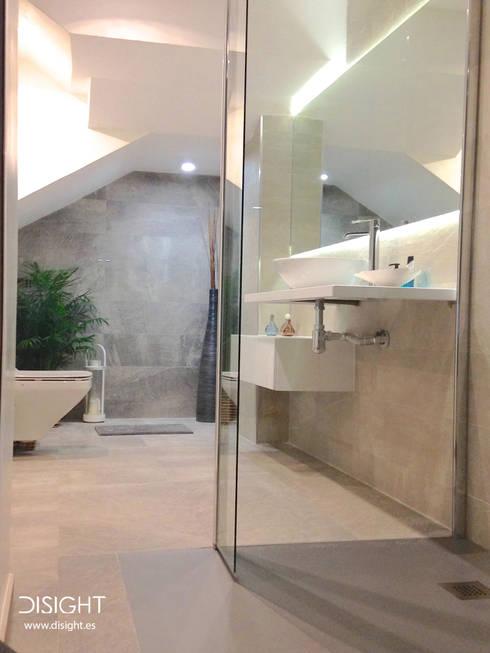 baño ppal: Baños de estilo  de DISIGHT