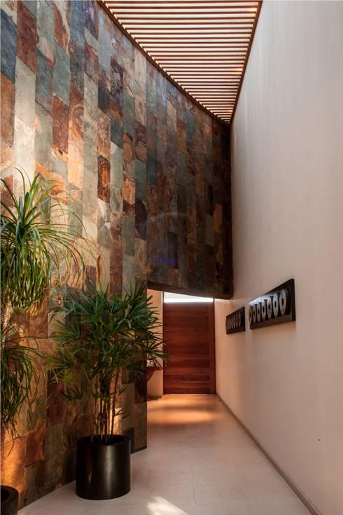 Corredores e halls de entrada  por GRUPO VOLTA