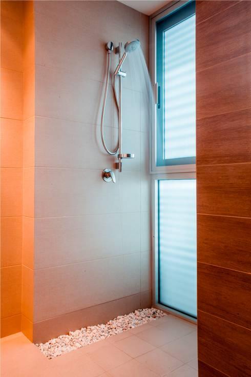 Baños de estilo moderno por GRUPO VOLTA