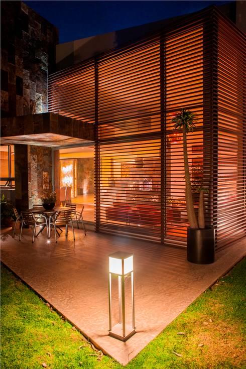 Projekty, nowoczesne Domy zaprojektowane przez GRUPO VOLTA