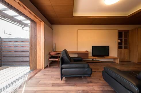 .宮司の家: AMI ENVIRONMENT DESIGN/アミ環境デザインが手掛けたリビングです。