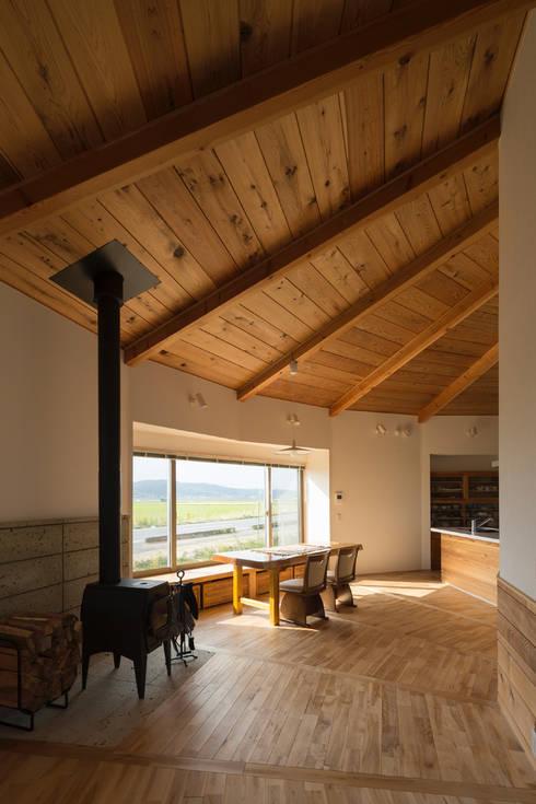 大郷の曲り家: 前見建築計画一級建築士事務所(Fuminori MAEMI architect office)が手掛けたダイニングです。