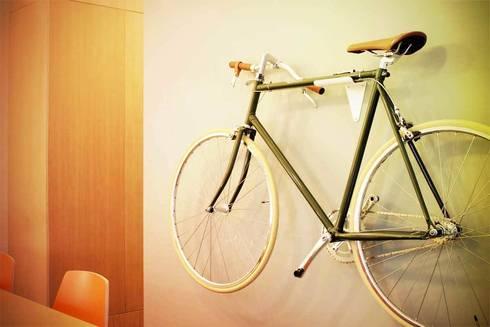 Hang je fiets als een kunstwerk aan de muur: moderne Gang, hal & trappenhuis door Deltareference
