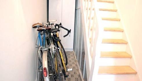 Plaats meerdere fietsen naast elkaar in een smalle gang: moderne Gang, hal & trappenhuis door Deltareference