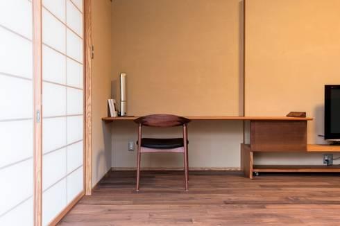 .宮司の家: AMI ENVIRONMENT DESIGN/アミ環境デザインが手掛けた書斎です。