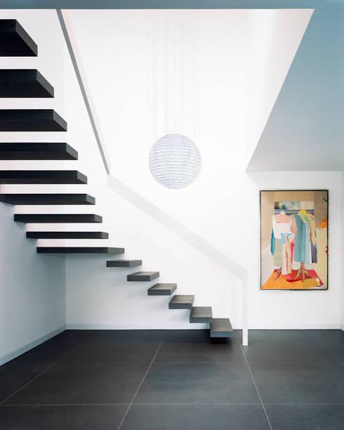 Park Villa:  Flur & Diele von Corneille Uedingslohmann Architekten