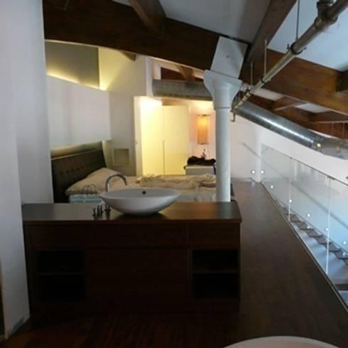 Loft22@ Barcelona: Baños de estilo moderno de Tono Bagno