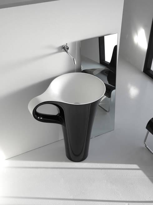 Lavabo CUP negro / blanco: Baños de estilo  de CAZAÑA DESIGN S.L.