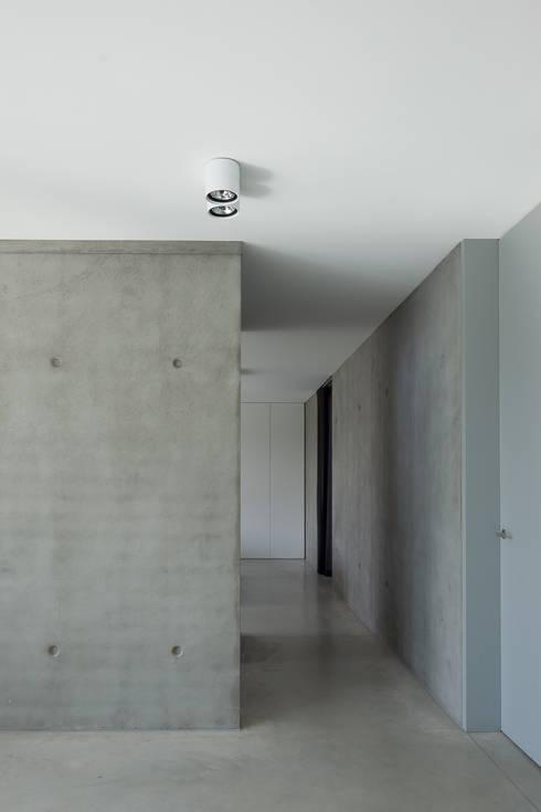 woning en kantoor volledig in ter plaatse gestort beton:  Muren door pluspunt architectuur