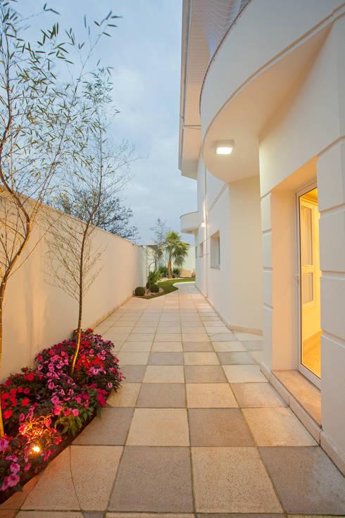 Jardines de estilo  por Designer de Interiores e Paisagista Iara Kílaris