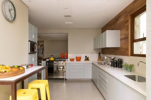 Cozinha 05:   por Lembi Arquitetura