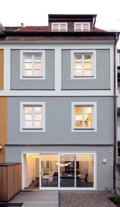 Wohnhaus, München Nymphenburg: klassische Häuser von Löffler Weber | Architekten