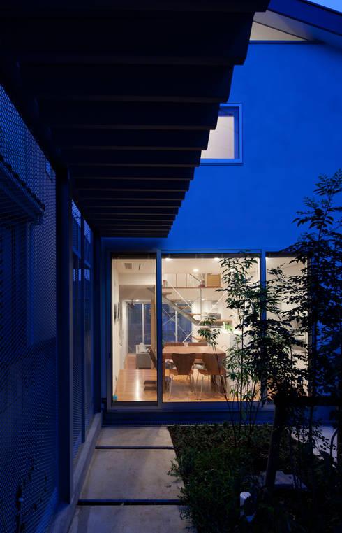 小さくて広い家: Studio R1 Architects Officeが手掛けた庭です。