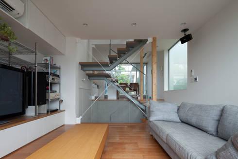 小さくて広い家: Studio R1 Architects Officeが手掛けたリビングです。