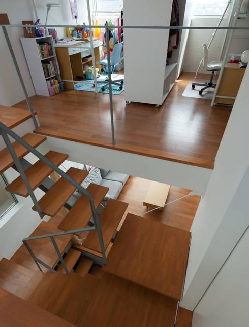 小さくて広い家: Studio R1 Architects Officeが手掛けた廊下 & 玄関です。