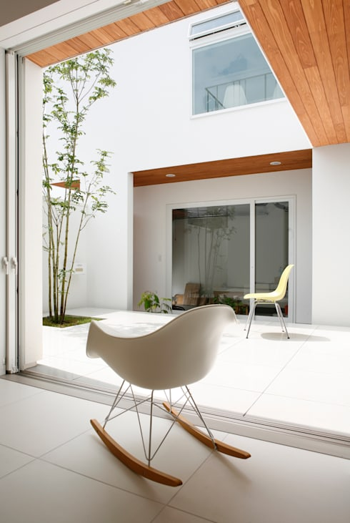 house ma: アークス建築デザイン事務所が手掛けたベランダです。