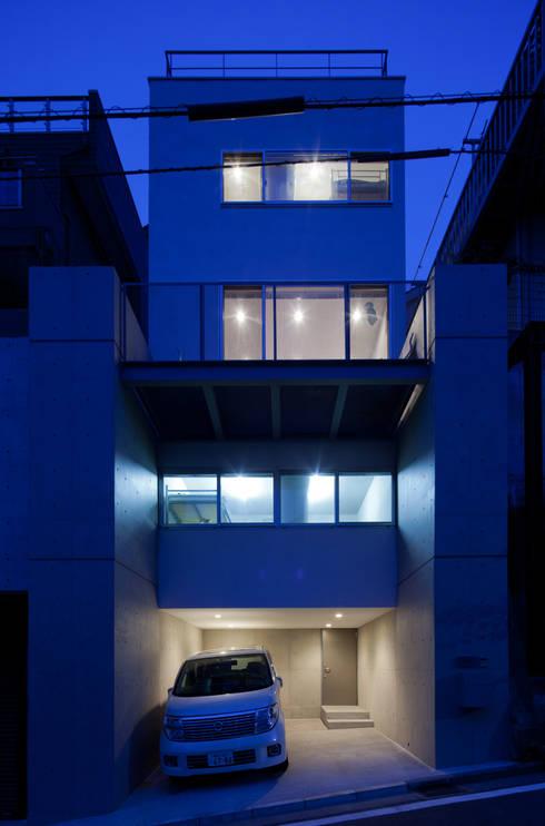 小さくて広い家: Studio R1 Architects Officeが手掛けた家です。
