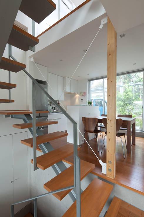 小さくて広い家: Studio R1 Architects Officeが手掛けたダイニングです。