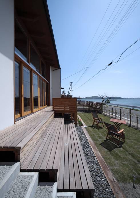 階段デッキテラス: 久保田英之建築研究所が手掛けたベランダです。
