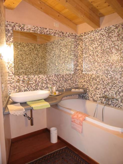 casa C: Bagno in stile  di Giuseppe Maria Padoan bioarchitetto - casarmonia progetti e servizi