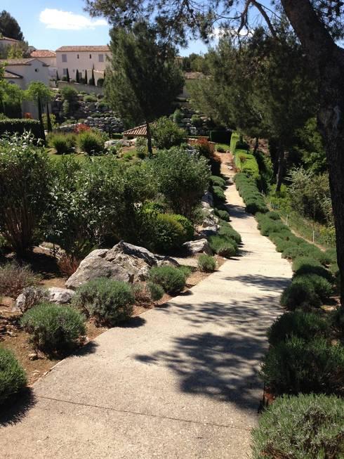 jardins  & allées: Jardin de style de style Méditerranéen par ESPRIT SUD
