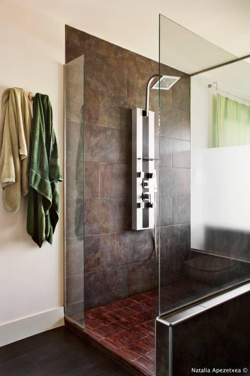 VIVIENDA UNIFAMILIAR 100% FENG SHUI: Baños de estilo moderno de AREA FENG SHUI │Arquitectura Feng Shui