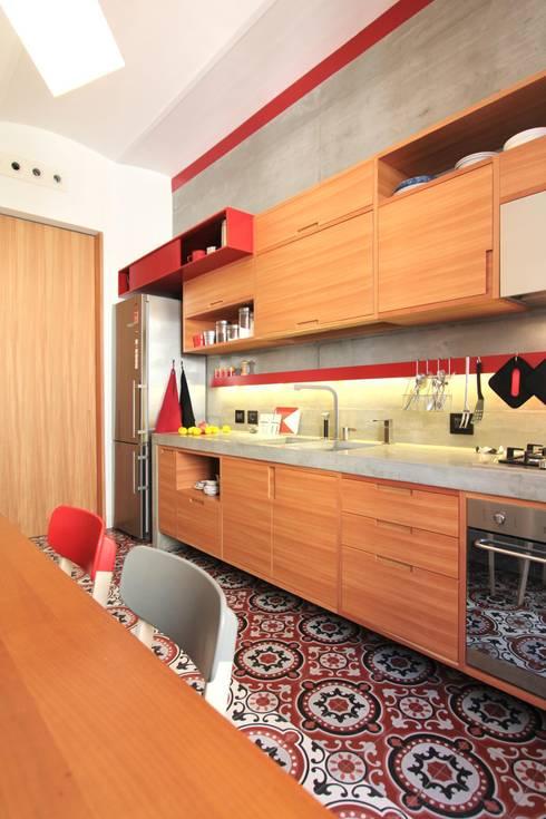 La cucina dalla finestra: Cucina in stile in stile Moderno di studio magna