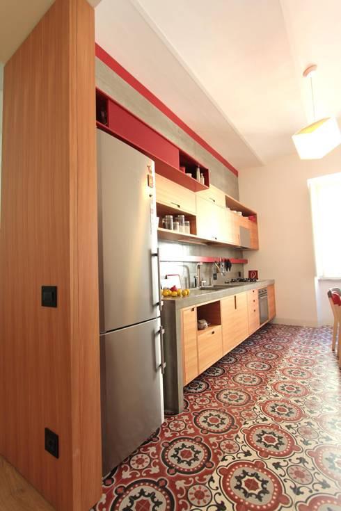 La cucina dal corridoio: Cucina in stile in stile Moderno di studio magna