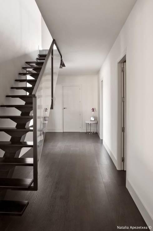 VIVIENDA UNIFAMILIAR 100% FENG SHUI: Pasillos y vestíbulos de estilo  de AREA FENG SHUI │Arquitectura Feng Shui