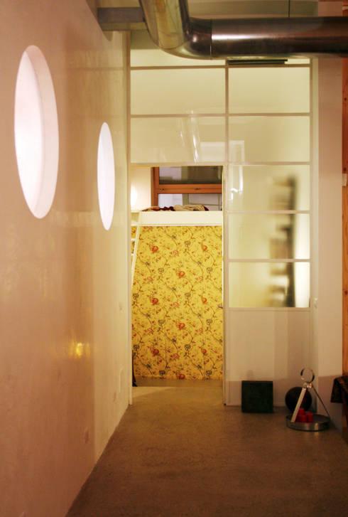 Loft ecologico a San Salvario, Torino: Camera da letto in stile  di TRA - architettura condivisa