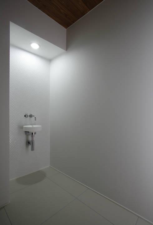 house ma: アークス建築デザイン事務所が手掛けた廊下 & 玄関です。